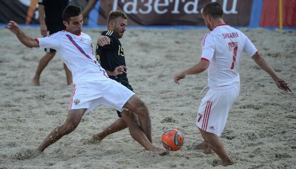 Игровой момент матча по пляжному футболу Россия - Германия