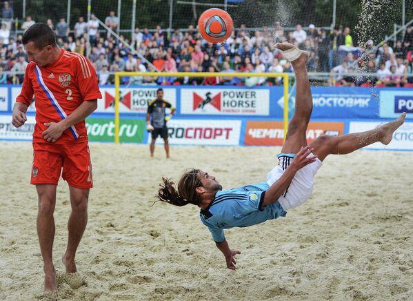 Игрок сборной России Юрий Горчинский (слева) и игрок сборной Испании Даниэль Пахон