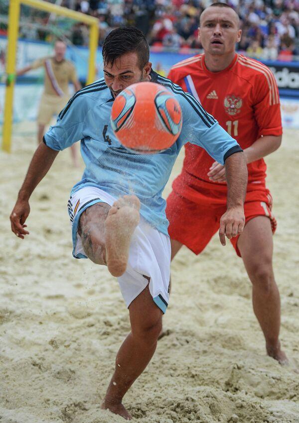 Игрок сборной Испании Франциско Меяс (слева) и игрок сборной России Егор Еремеев