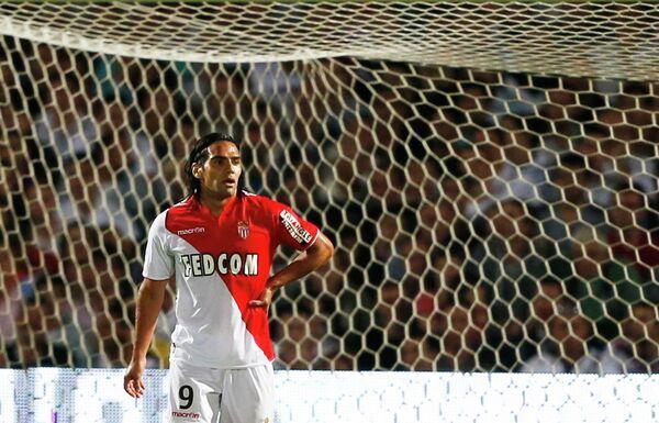 Форвард Монако Радамель Фалькао в матче против Бордо