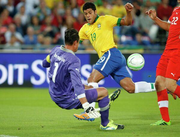 Нападающий сборной Бразилии Халк и вратарь сборной Швейцарии Диего Бенальо
