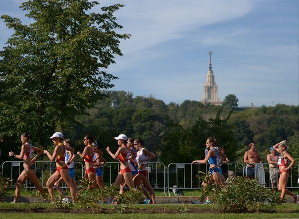 Спортсменки проходят в центре Москвы в соревнованиях по спортивной ходьбе на дистанции 20 км