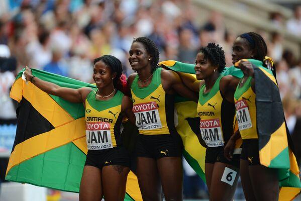 Ямайские спортсменки после победы в финальном забеге эстафеты 4х100 м