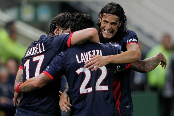 Футболисты ПСЖ Максвелл и Лавесси празднуют мяч, заюитый Эдинсоном Кавани в ворота Нанта