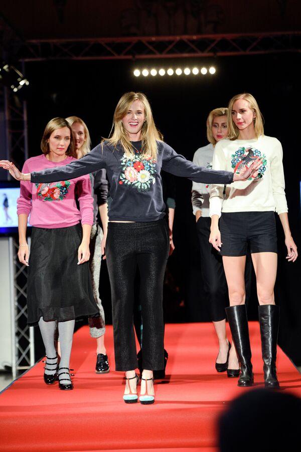 Российская легкоатлетка Ксения Рыжова (в центре) на показе мод в Бельгии