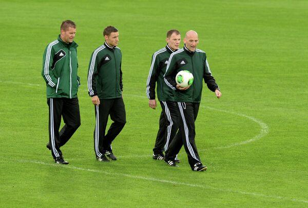 Инспекторы ФИФА осматривают поле