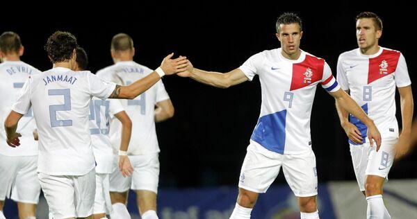 Футболисты сборной Голландии празднуют гол, забитый Робином Ван Перси в ворота сборной Андорры