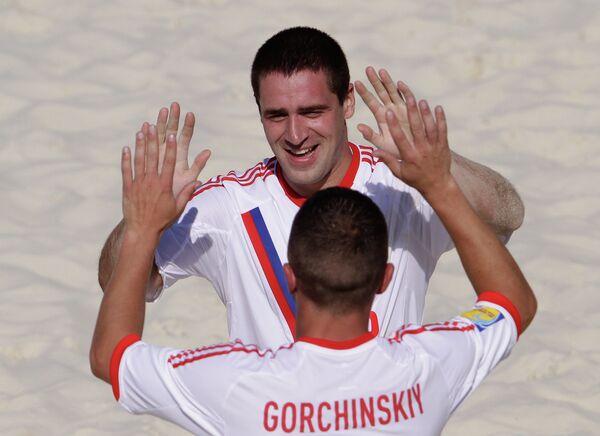 Игроки сборной России по пляжному футболу Дмитрий Шишин и Юрий Горчинский