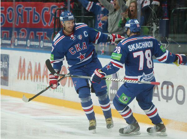 Нападающий СКА Евгений Скачков (справа) поздравляет Илью Ковальчука с забитой шайбой в ворота Спартака