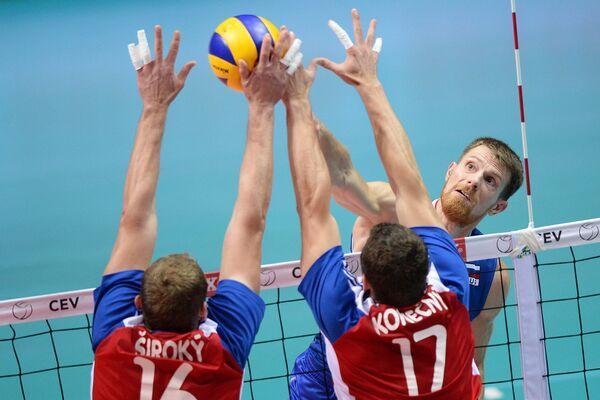 Евгений Сивожелез (в центре), игроки сборной Чехии Томаш Широкий (слева) и Давид Конечный