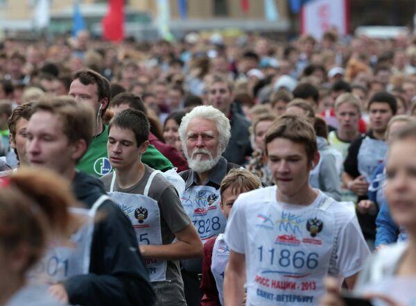 Участники массового забега Кросс нации - 2013 на Дворцовой площади в Санкт-Петербурге