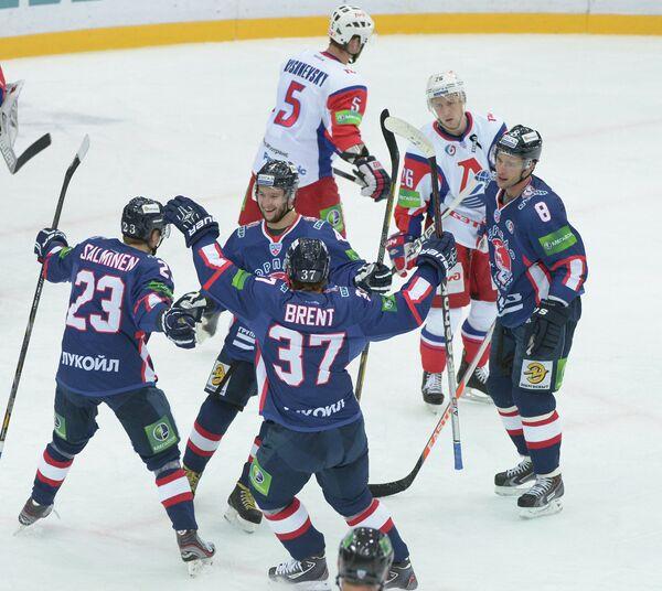 Хоккеисты Торпедо радуются забитой шайбе в ворота Локомотива