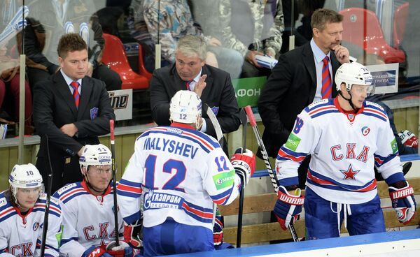 Старший тренер СКА Михаил Кравец (в центре на втором плане) дает указания Антону Малышеву