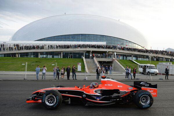 Болид Формулы-1 на автоспортивном шоу Формула Сочи 2013