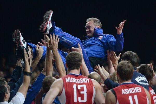 Волейболисты сборной России подбрасывают в воздух главного тренера команды Андрея Воронкова