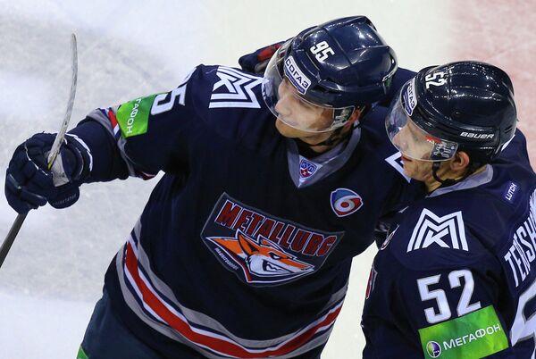 Нападающий ХК Металлург Евгений Григоренко (слева)и защитник Металлурга Сергей Терещенко