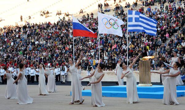 Исполнение жрицами традиционного танца во время церемонии передачи Олимпийского огня Оргкомитету XXII Олимпийских зимних игр Сочи 2014