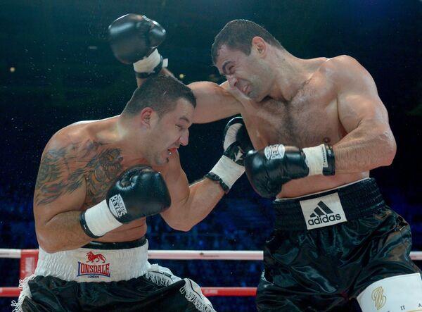 Россиянин Рахим Чахкиев (справа) ведет бой против румына Юлиана Илие