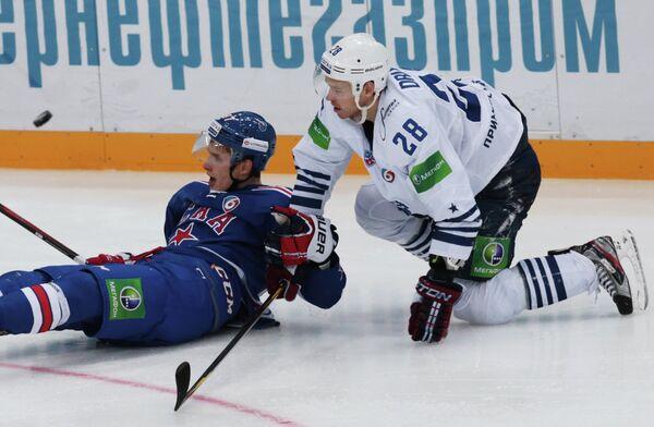 Нападающий СКА Вадим Шипачев (слева) и нападающий Адмирала Виктор Другов