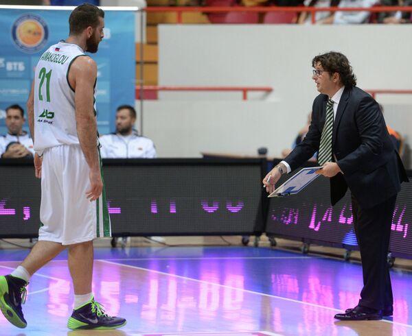 Игрок БК УНИКС Костас Каймакоглу (слева) и главный тренер УНИКС Андреа Тринкьери