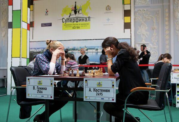 Шахматистки Валентина Гунина (слева) и Александра Костенюк во время суперфинала Чемпионата России по шахматам