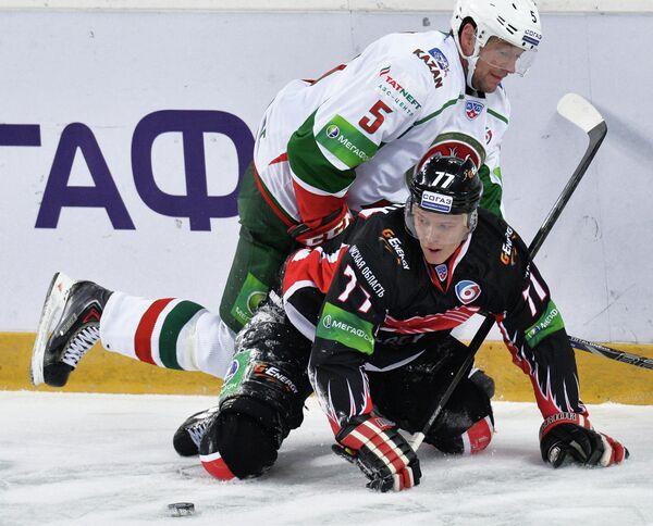 Защитник Ак Барса Илья Никулин (слева) и нападающий Авангарда Денис Казионов