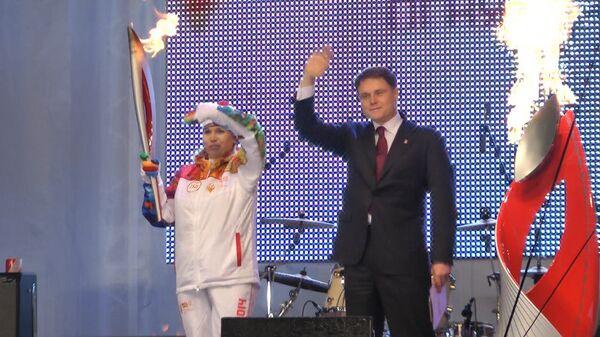 Огонь Игр-2014 провезли на платформе и подняли на стену кремля в Туле