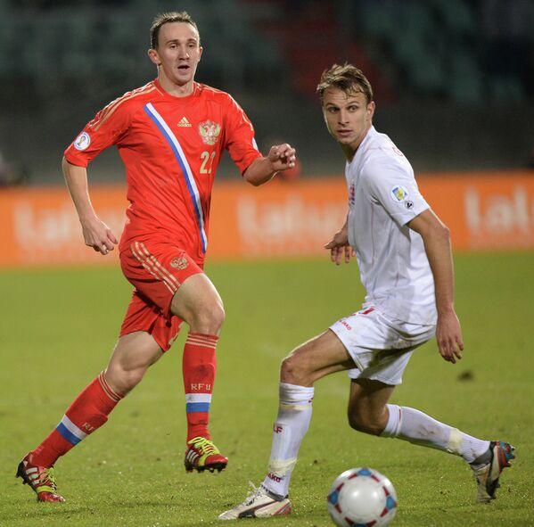 Защитник сборной России Алексей Козлов (слева)