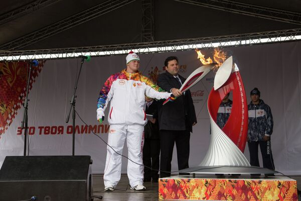 Геннадий Муратов зажигает Чашу Олимпийского Огня в Муроме