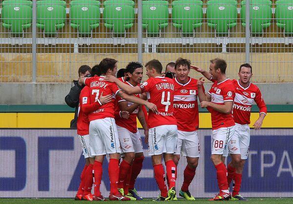 Футболисты Спартака радуются забитому голу в ворота Анжи
