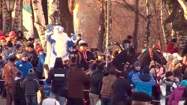 Дед Мороз на тройке лошадей провез огонь Игр-2014 по Вологде