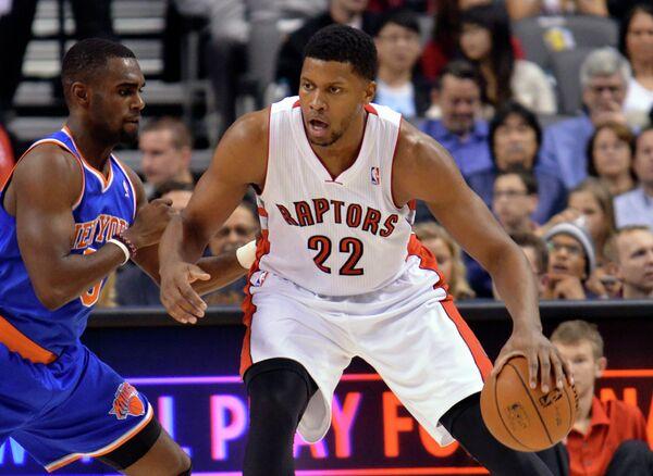 Игровой момент матча Торонто - Нью-Йорк