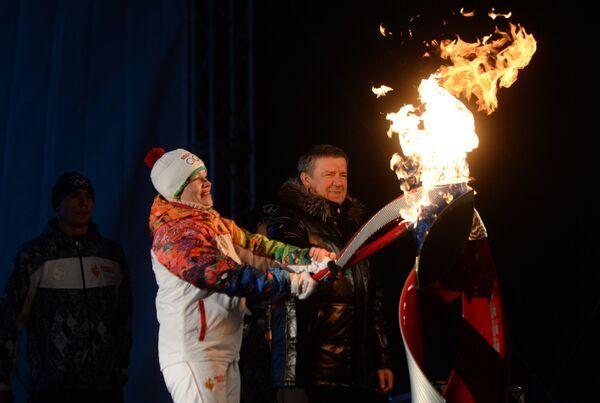 Лыжница Евгения Медведева принимает участие в эстафете олимпийского огня в Петрозаводске