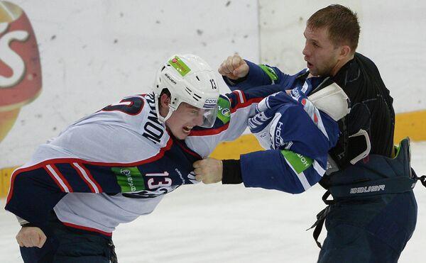 Форвард Сибири Виталий Карамнов (слева) и форвард Динамо Юрий Бабенко