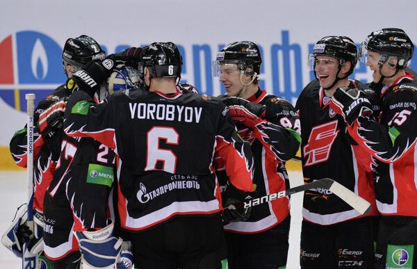 Хоккеисты Авангарда радуются победе над Салаватом