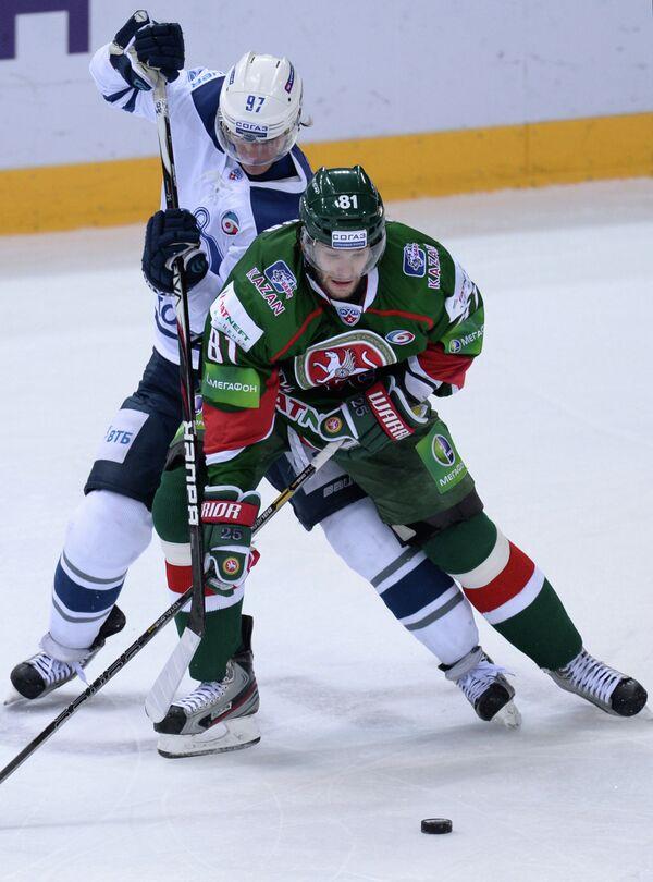 Игрок ХК Динамо Максим Карпов (слева) и игрок ХК Ак Барс Томаш Винцоур