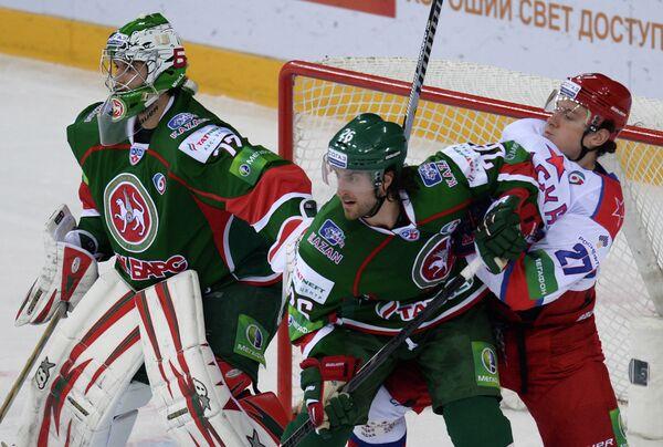 Вратарь Ак Барса Эмиль Гарипов, Шон Хешка и Игорь Григоренко (слева направо)