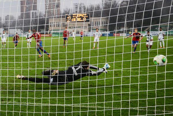 Сейду Думбия забиват гол в ворота голкипера Терека Ярослава Годзюра