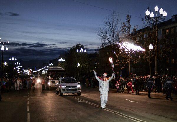 Двукратный олимпийский чемпион по боксу Олег Саитов во время эстафеты олимпийского огня в Южно-Сахалинске