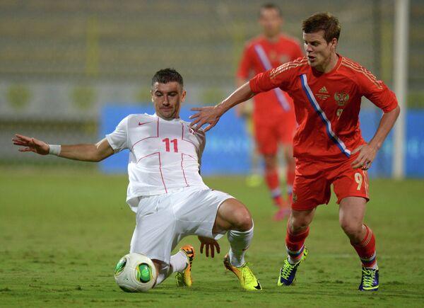 Защитник сборной Сербии Александар Коларов и нападающий сборной России Александр Кокорин (справа)