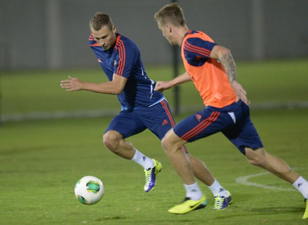 Защитник сборной России Алексей Березуцкий (слева) и полузащитник Максим Григорьев