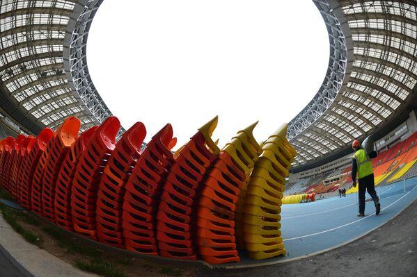 Работы по демонтажу сидений на зрительских трибунах на стадионе Лужники