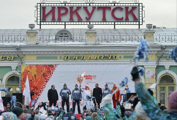 Мэр Иркутска Виктор Кондрашов (четвертый справа) и трехкратный чемпион Сурдлимпийских игр Александр Хаустов (четвертый слева)