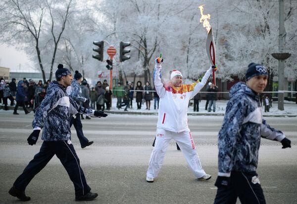 Факелоносец во время эстафеты олимпийского огня в Абакане в республике Хакасия