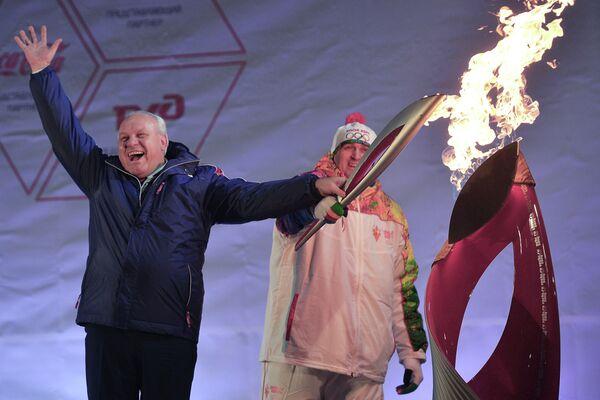 Глава Республики Хакасия Виктор Зимин (слева) и мастер спорта международного класса, трехкратный чемпион России по бобслею Петр Макарчук во время церемонии зажжения чаши олимпийского огня в Абакане