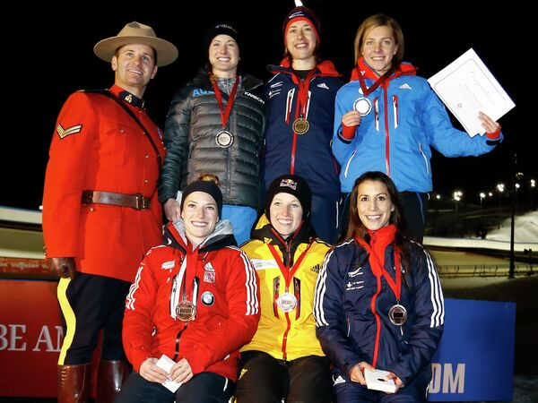 Справа налево на втором плане: россиянка Елена Никитина (второе место), австралийка Мишель Стиле (третье место) и британка Элизабет Ярнольд (первое место)