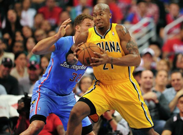 Игровой момент матча НБА Индианы Пэйсерс - Лос-Анджелес Клипперс. Справа - Дэвид Уэст
