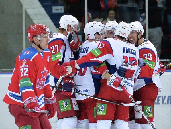 Радующиеся хоккеисты Локомотива