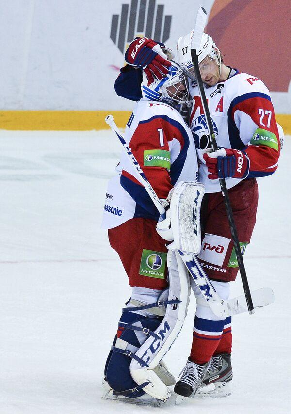Кертис Сэнфорд (слева) и игрок ХК Локомотив Стаффан Кронвалль