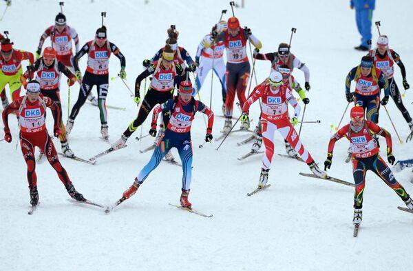 Спортсменки на дистанции в женской эстафетной гонке